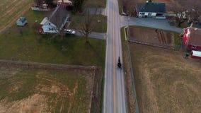 Widok Z Lotu Ptaka Otwarty Amish Koński i powozik Kłusuje Wzdłuż jak Widzieć trutniem zbiory wideo