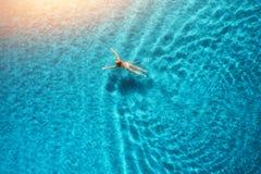 Widok z lotu ptaka pływacka kobieta w morzu śródziemnomorskim przy zmierzchem Fotografia Royalty Free