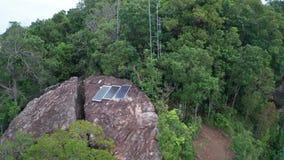 Widok z lotu ptaka panel słoneczny odizolowywający na skalistym widoku górskiego punkcie zdjęcie wideo