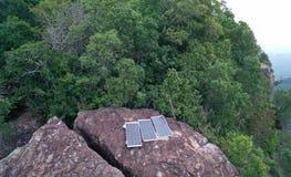 Widok z lotu ptaka panel słoneczny odizolowywający na skalistym widoku górskiego punkcie obraz stock