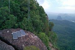 Widok z lotu ptaka panel słoneczny odizolowywający na skalistym widoku górskiego punkcie fotografia stock