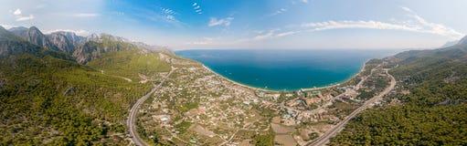 Widok z lotu ptaka panorama morza i góry krajobraz blisko wioski Kemer, Turcja fotografia royalty free