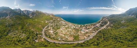 Widok z lotu ptaka panorama morza i góry krajobraz blisko wioski Kemer, Turcja obraz royalty free