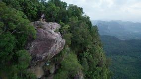 Widok z lotu ptaka para na krawędzi skały na widoku górskiego punkcie zbiory wideo