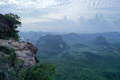 Widok z lotu ptaka para na krawędzi skały na widoku górskiego punkcie obraz stock