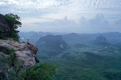 Widok z lotu ptaka para na krawędzi skały na widoku górskiego punkcie zdjęcia royalty free