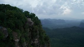 Widok z lotu ptaka para na krawędzi skały na widoku górskiego punkcie zdjęcie wideo