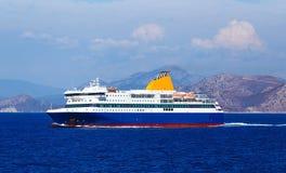 Widok z lotu ptaka pasażerski ferryboat w otwartym nawadnia w Grecja Zdjęcia Stock