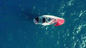 widok z lotu ptaka Piękna żaglówka na tło błękitnym oceanie na jaskrawym słonecznym dniu zbiory