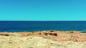 widok z lotu ptaka Piękna żaglówka na tło błękitnym oceanie na jaskrawym słonecznym dniu zdjęcie wideo