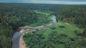 Widok z lotu ptaka piękna Rosyjska rzeka lokalizować między zieloną łąką i mieszanym lasem przeciw chmurnemu niebu w letnim dniu zdjęcie wideo