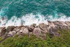 Widok z lotu ptaka piękne ocean fale i skalisty wybrzeże z greenery obraz stock