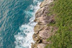 Widok z lotu ptaka piękne ocean fale i skalisty wybrzeże z greenery fotografia royalty free