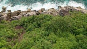Widok z lotu ptaka piękne ocean fale i skalisty wybrzeże z greenery zdjęcie wideo