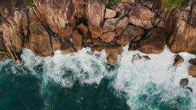 Widok z lotu ptaka piękne ocean fale i skalisty wybrzeże z greenery zbiory wideo