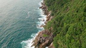 Widok z lotu ptaka piękne ocean fale i skalisty wybrzeże z greenery zbiory