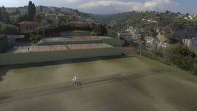 Widok z lotu ptaka piękny chałupa budynek i tenisowy sąd, zdrowy styl życia zbiory wideo