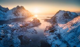 Widok z lotu ptaka piękny fjord przy zmierzchem w Lofoten wyspach obrazy stock