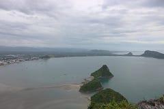 Widok z lotu ptaka piękny góry i morza krajobraz w Prachuap zatoce, Tajlandia obrazy royalty free