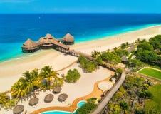 Widok z lotu ptaka piękny hotel na morzu Piaskowata pla?a fotografia royalty free