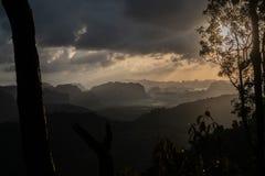 Widok z lotu ptaka piękny krajobraz z górami i doliną nad nieba tłem zdjęcia stock