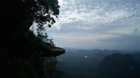 Widok z lotu ptaka piękny skalisty widoku górskiego punkt nad doliny i nieba tłem zdjęcie wideo