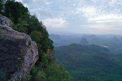 Widok z lotu ptaka piękny skalisty widoku górskiego punkt nad doliny i nieba tłem obraz stock