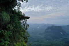 Widok z lotu ptaka piękny skalisty widoku górskiego punkt nad doliny i nieba tłem obrazy royalty free