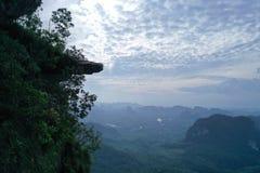 Widok z lotu ptaka piękny skalisty widoku górskiego punkt nad doliny i nieba tłem obraz royalty free