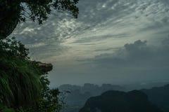 Widok z lotu ptaka piękny skalisty widoku górskiego punkt nad doliny i nieba tłem obrazy stock