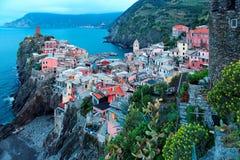 Widok z lotu ptaka piękny Vernazza w wczesnego poranku świetle, zadziwiająca wioska kolorowi domy umieszczał na skalistych faleza obrazy royalty free