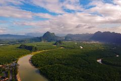 Widok z lotu ptaka, Piękny wschód słońca przy Ao Phang Nga parkiem narodowym obrazy royalty free