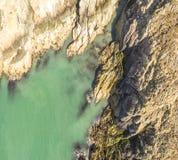 Widok z lotu ptaka piękny wybrzeże przy Amlwch Walia, Zjednoczone Królestwo, - Fotografia Royalty Free