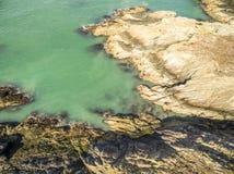 Widok z lotu ptaka piękny wybrzeże przy Amlwch Walia, Zjednoczone Królestwo, - Obrazy Royalty Free