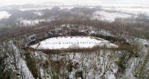 Widok z lotu ptaka piękny antyczny forteca w lesie w zimie Tarakaniv fort zbiory