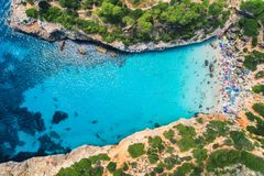 Widok z lotu ptaka piaskowata plaża z kolorowymi parasolami i drzewami obraz royalty free