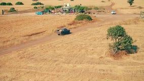 Widok z lotu ptaka pickup z orężnymi bandyta poruszającymi na wiejskiej drodze podczas pogoni zbiory