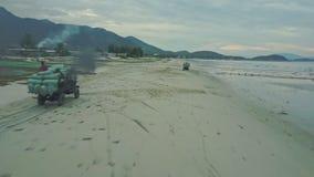 Widok Z Lotu Ptaka Pickup ruchy z czerni rury wydechowej dymem wzdłuż plaży zbiory wideo