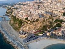 Widok z lotu ptaka Pizzo Calabro, molo, kasztel, Calabria, turystyka Włochy Panoramiczny widok miasteczko Pizzo Calabro morzem fotografia royalty free