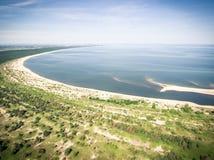 Widok z lotu ptaka plaża błękitnym morzem bałtyckim blisko Vistula rzecznego usta, zdjęcie stock