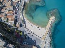 Widok z lotu ptaka plaża i molo z czółnami, łodziami i parasolami, Fotografia Royalty Free