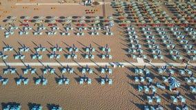 Widok z lotu ptaka plaża stoły w Rimini Włochy zbiory