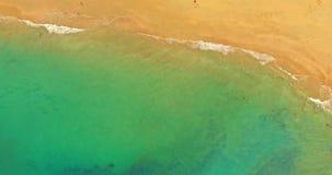 Widok z lotu ptaka plaża z turists zbiory wideo