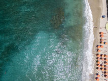 Widok z lotu ptaka plaża z czółnami, łodziami i parasolami, Fotografia Royalty Free
