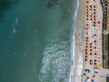 Widok z lotu ptaka plaża z czółnami, łodziami i parasolami, Obrazy Stock
