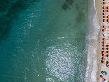 Widok z lotu ptaka plaża z czółnami, łodziami i parasolami, Zdjęcie Stock