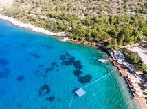 Widok Z Lotu Ptaka Plażowa zatoczka z Sunbeds, Błękitnym Turkusowym morzem i drzewami, zdjęcie stock
