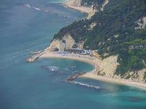 Widok z lotu ptaka plażowy Urbani blisko miasteczka Numana, Conero zdjęcie stock