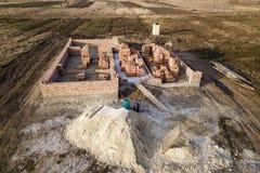 Widok z lotu ptaka plac budowy Okopy kopiący w zmielonym i wypełniający z cementem jako podstawa dla przyszłość domu, ceglana sut obraz royalty free