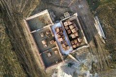 Widok z lotu ptaka plac budowy Okopy kopiący w zmielonym i wypełniający z cementem jako podstawa dla przyszłość domu, ceglana sut fotografia stock